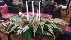 Para la mesa de comedor una guirnalda con velas y ramas de navidad