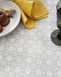 Nappe et sets Flore : Dans un univers à la fois simple, moderne et créatif, cette ligne s'inspire des éléments décoratifs typiques des cafés parisiens traditionnels. Rendez-vous à table d'Alexandre Turpault