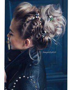 So in love with this gorgeous look 👀 pretty things.litt… Also verliebt in diesen wunderschönen Look 👀 pretty things.one 🐞🐝🦋 # tonyastylist # updo # osis # schwarzkopfproru # behindthechair # hairstylist # lovemyjob Trending Hairstyles, Up Hairstyles, Braided Hairstyles, Hairstyle Ideas, Medium Hair Styles, Curly Hair Styles, Braided Updo, Bridesmaid Hair, Hair Dos