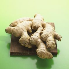 We've all heard of the basic superfoods we should be eating like blueberries and kale. But ginger has multiple health benefits and is often overlooked. Essential Oils For Nausea, Ginger Essential Oil, Herbal Remedies, Natural Remedies, Natural Treatments, Allergy Remedies, Health Remedies, Best Diet Foods, Fat Foods