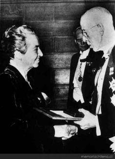 Grabriela Mistral (Lucila Godoy Alcayaga) recibe el Premio Nobel de Literatura, 1945.