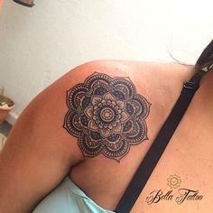 Tatuagem de mandala em formato de flor
