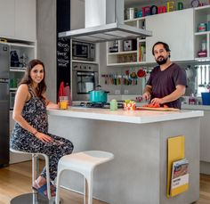 O apartamento de 90 m² de um casal carioca mistura achados de feiras de antiguidades e peças contemporâneas. Matéria de CASA CLAUDIA.