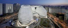 Un recorrido visual por las obras más emblemáticas de esta talentosa mujer que dejó un importante legado arquitectónico en todo el mundo. Desde China hasta España y Estados Unidos, estas son las obras de Zaha Hadid que debes conocer.