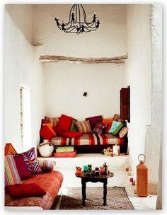 Un salon aux couleurs chaudes d'inspiration marocaine