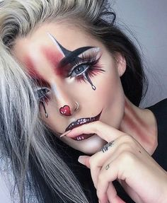 Are you looking for ideas for your Halloween make-up? Check this out for cute Halloween makeup looks. Maquillage Halloween Clown, Halloween Makeup Clown, Halloween Makeup Looks, Easy Halloween, Cute Clown Makeup, Womens Clown Makeup, Jester Makeup, Jester Halloween, Costume Makeup