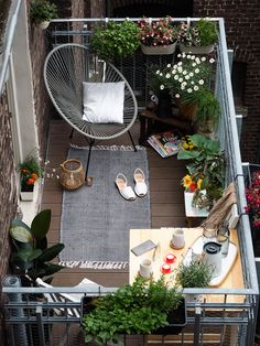 Tipps wird ein kleiner Balkon zur Stadtoase You can make a small balcony feel cozy by installing some hanging planters, a comfy seat and a small rug.You can make a small balcony feel cozy by installing some hanging planters, a comfy seat and a small rug. Apartment Balcony Decorating, Apartment Balconies, Apartment Plants, Apartment Ideas, Apartment Makeover, Apartment Balcony Garden, Apartment Porch, Apartment Design, Apartment Walls