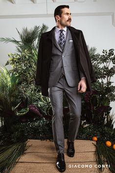 Męski garnitur w kolorze szarym od Giacomo Conti. Garnitur męski w jeden z najmodniejszych wzorów - kratę. Wykonany z wysokogatunkowej tkaniny wełnianej, która gwarantuje przyjemny komfort użytkowania nawet najbardziej wymagającym Panom. Garnitur taliowany, dzięki czemu dopasuje się do męskiej sylwetki podkreślając jej walory. W skład trzyczęściowego garnitur wchodzi marynarka, spodnie w kant oraz kamizelka. Marynarka jednorzędowa zapinana na dwa guziki. Fashion Suits, Mens Fashion, Mens Suits, Formal, Style, Men, Moda Masculina, Dress Suits For Men, Preppy