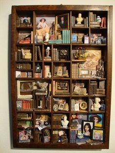 BAGUS: Libreria in miniatura a tema Didina et Pinguina Library miniature theme Didina et Pinguina Vitrine Miniature, Miniature Rooms, Letterpress Drawer, Printers Drawer, Shadow Box Art, Found Object Art, Tiny Treasures, Displaying Collections, Diy Weihnachten