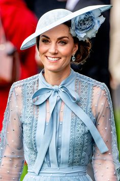 Kate Middleton Wore a Gorgeous Blue Elie Saab Dress at Day 1 of the Royal Ascot Princesa Kate Middleton, Estilo Real, Prince Charles And Camilla, Prince William And Kate, Royal Ascot, Philip Treacy, Carrie Bradshaw, Elie Saab Dresses, Black And White Hats
