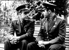 1964 г. Юрий Гагарин и Владимир Комаров Обсуждают полет на КК