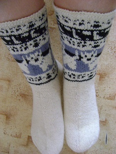 Are these cows. Knitting Socks, Hand Knitting, Knitting Patterns, Knit Socks, Knitted Slippers, Slipper Socks, Knitted Hats, Dog Socks, Cute Socks