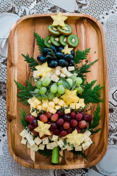Christmas Tree Cheese Board - Muy Bueno Cookbook - Christmas Food, Crafts and Decorations - Appetizers for party Christmas Snacks, Xmas Food, Christmas Brunch, Christmas Cooking, Christmas Goodies, Holiday Treats, Christmas Diy, Christmas Cheese, Christmas Countdown