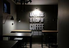 Ankara'da kahve-kitap ikilisini harmanlamayı çok güzel başarmış çiçeği burnunda bir kahveci var: Kahve Akademisi. Kendi kahvesini kendisi kavuran nadir...
