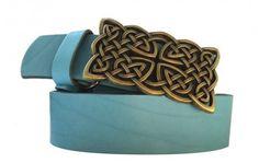 Blauer Ledergürtel mit Keltischer Schnalle in Messing Optik.Dieser Gürtel passt perfekt zur blauen Jeans, hell oder dunkelblau, egal- der einfach passt. Hochwertiges Leder macht diesen Gürtel besonders langlebig. Die Schnalle ist nickelfrei und besonders robust.