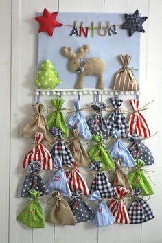 Maus-am-Faden Adventskalender mit 24 Säckchen & Wunschname Produktbeschreibung Individueller Adventskalender mit Wunschname: Fröhliches 3D-Weihnachtsbild, versehen mit Elch, Sternen und Tannenbaum, sowie einer Wäscheleine, an der der Name des Kindes baumelt. 24 Säckchen wart