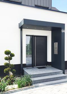 Eingangsüberdachung mit integrierter Klingelanlage und Briefkasten. LED-Spots im Deckenbereich, zusätzliche Stütze für mehr Stabilität. #Eingangsüberdachung #Vordach #Haustürüberdachung #Einbauten #Klingelanlage #Briefkasten #LED-Spots #anthrazit #neu #Siebau #MadeinGermany