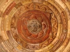 Close up view of the central portion inside the dome. The sculpture is bit damaged, some portion has fallen off. Mughal Architecture, Temple Architecture, Temple Ruins, Hindu Temple, Dome Ceiling, Puja Room, Vedic Astrology, 12th Century