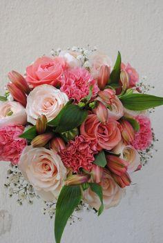 Brudbuketten kommer ifrån Akleja Trend och Blomsterdesign i Söderköping.     Du hittar fler brudbuketter i vårt inspirationgalleri http://brollopiostergotland.se/galleri    Mvh Bröllop i Östergötland.se