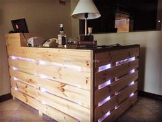 45 Awesome Wooden Pallet Bars For Your Inspiration!: With these 45 wooden pallet bars as inspiration, your dreams of having your bar at home or in your garden Wooden Pallet Bar, Outdoor Pallet Bar, Wooden Pallet Projects, Wooden Pallet Furniture, Pallet Benches, Pallet Tables, Pallet Patio, Pallet Shelves, Pallet Crafts
