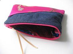Trousse à maquillage en tissus soie rose et jeans, doublure tissus africain WAX, lien satin rose : Trousses par tresors-des-baines