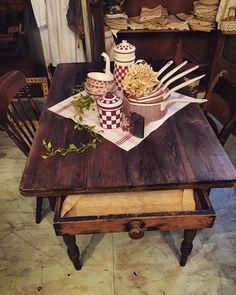 引き出しがかわいいフランスのテーブル  #decoration #home #ブロカント #アンティーク #france #brocante #antique #インテリア #interior #vintage  #shabbychic #display #oldstyle #antiques #frenchstyle #家具 #アンティークショップ #meuble #ancien #antiqueshop #lovelyvintage #furniture #design #rustic #dining #retro #table #shabby #ラココット #homedeco