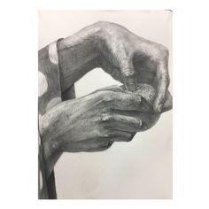 【みかんの皮を剥く両手】 壁に貼ってもらえたー!やったー!!! 描写で勝負 明るい面の描写をハッチングだけじゃなく、もっと色で丁寧に みかんらしさ 構図 #デッサン #dessin #orange #みかん #hands #手のデッサン