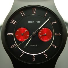 Bering Titanium 11939-229 Testbericht - Ästhetik kennt viele unterschiedliche Formen und Ausdrücke. Die Herrenuhr Bering Titanium 11939-229 mit Quarzuhrwerk und Milanaise-Armband ist eine schwarze Schönheit, die mit zwei rot schimmernden Totalisatoren auch für die notwendige Alltagstauglichkeit sorgt.  - http://luxusuhren-test.de/bering-titanium-11939-229-testbericht/ - #Bering, #Datumsanzeige, #Edelstahlarmband, #Herrenuhren, #Quarzuhrwerk, #Titanuhr, #Wochentagsanzeige