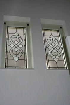 In het trappengat tegen de inkijk en toch volop van het licht te genieten. Deze glas in lood ramen hangen in het raam aan haken. In totaal zijn het vier ramen, die allemaal van verschillende soorten blank glas gemaakt zijn. Ze hebben hetzelfde patroon, maar de stukken glas zijn allemaal verschillend. Hierdoor een eenheid qua patroon en kleur, maar niet in de details. Het is een prachtig vierluik geworden!