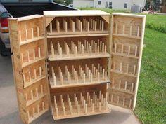 organizador conos hilos Thread Storage, Sewing Room Storage, Sewing Room Organization, Craft Room Storage, My Sewing Room, Sewing Rooms, Diy Storage, Storage Ideas, Bobbin Storage
