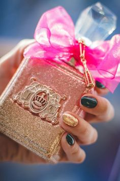 Looking for timeless holiday nail art ideas? Check out fun qwirkii nail art. Get inspired with other new nail art ideas NOW - express your Qwirkii-ness! French Nails, Top Parfums, Beauty Trends, Beauty Hacks, Pretty Nail Shop, Nails Factory, Boutique Parfum, Couture Perfume, Nailart