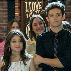 Luna e Matteo vendo a apresentação do Simon