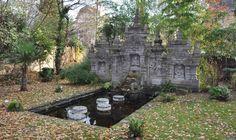 Jardin balinais à Enghien-les Bains (Val d'Oise - France). Sculpture rapportée de Bali pour la vente dans notre Jardinerie de Curiosités à Montmorency. Création du jardin et photo : Taffin