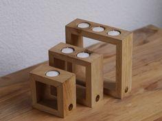 *_Holz-Kerzenhalter-Set_, bestehend aus 3 Teelichthaltern, dessen Rahmen von Hand aus Eichenholz  gefertigt sind.* Die Holz-Kerzenhalter verleihen jedem Raum einen Hauch natürliche...