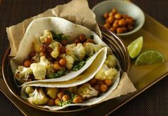 Wer Gemüse mag, wird dieses Gericht regelrecht verschlingen. Gefüllt mit gebackenem Blumenkohl, knusprigen Kichererbsen und leckerem Koriander-Pesto. Dazu schmecken eiskalte Mango-Cocoritas.