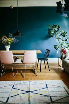 peinture bleu canard, salon chic avec un tapis beige aux rayures bleues