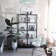De #accessoires van @jaimyinterieur krijgen een mooi plekje in onze #VITTSJÖ stellingkast. #inspiratie #zithoek #woonkamer #IKEA #IKEAnederland #IKEABijMijThuis