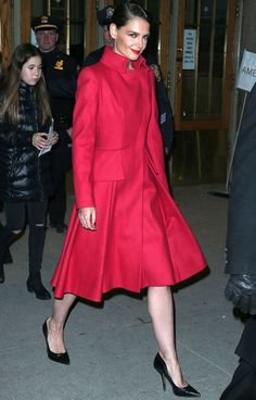 Muy elegante Katie Holmes con un abrigo rojo de estilo lady en el desfile de Zac Posen.