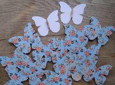 Mariposas con diferentes estampados de papel con pinzas. Totalmente personalizado. Ideal eventos.