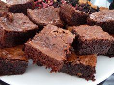 Supersuklaa Brownies  170 gtaloussuklaata 150 gpullomargariinia 2.5 dlsokeria 3 kplkananmunia 1/4 tlsuolaa 2 dlvehnäjauhoja 2 tlvaniljasokeria  175* n. 25 min.