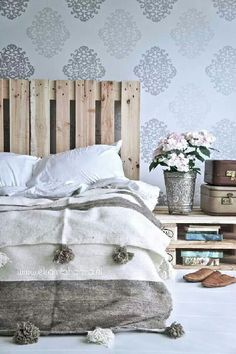 Take a look at these beautiful bedrooms with stylish colour and pattern combinations, gorgeous furniture ideas and clever finishing touches. Stylish Bedroom, Modern Bedroom, Home Bedroom, Bedroom Decor, Bedroom Ideas, Vintage Inspired Bedroom, Deco Cool, Minimalist Bedroom, How To Make Bed