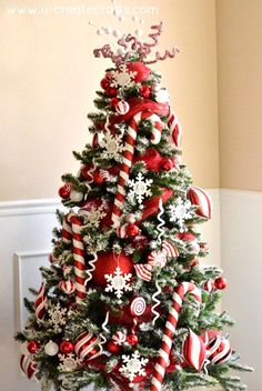 13 Stunning Christmas Tree Ideas to Try This Year Christmas trees are important part of beautiful christmas tree decorations. Check out these stunning christmas tree ideas for christmas tree decoration inspiration. Christmas Tree With Snow, Candy Cane Christmas Tree, Beautiful Christmas Trees, Christmas Tree Themes, Noel Christmas, Christmas Crafts, White Christmas, Holiday Tree, Country Christmas