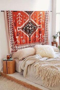 Tuch als Wanddeko über dem Bett im Schlafzimmer im Boho Look