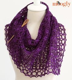 Fortune's Crochet Shawlette. Free pattern. Easy level in super-fine yarn.