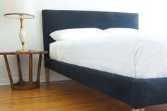 """Mit unserem DIY-Projekt schnell und unkompliziert gepolstertes Bett selbst bauen Bett selber bauen: Erstelle aus einem einfachen, massivem Bettgestell dein persönliches Polsterbett. © Manhattan Nest """"Wie man sich bettet, so..."""