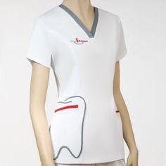 Uniformes sanitarios diseñados para ópticas, clínicas y farmacias. Dental Uniforms, Healthcare Uniforms, Dental Scrubs, Medical Scrubs, Scrubs Outfit, Scrubs Uniform, Dental Clinic Logo, Elegant Summer Outfits, Stylish Scrubs