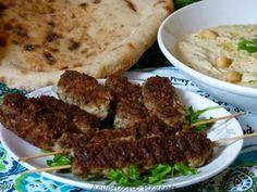 Ägyptische Hackfleischspiesse - Kofta   Ägyptische Kofta ist sehr nah verwandt mit anderen internationalen Hackfleischbratlingen wie serbischen Cevapcici, griechischen Bifteki und dem türkischen Adana Kebab.  Zutaten: 300 g Rinderhack 100 g Lammhack (oder insgesamt 400g Rinderhack) 1 Zwiebel (gerieben) 2 Knoblauchzehen (gepresst) 1/2 Bund glatte Petersilie (gehackt) 1/4 Bund Dill (gehackt) 1/4 Bund frischer Koriander (gehackt) * 1 EL Kreuzkümmel Salz, Pfeffer