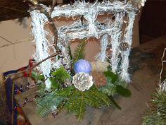 kerstuk 2015  gemaakt van frame 30x30 salim erom heen gewikkeld wit gespoten. daarna links onder kerststuk erop gemaakt