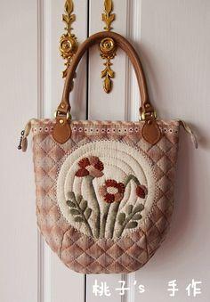 桃子_新浪博客 Japanese Patchwork, Japanese Bag, Japanese Quilts, Patchwork Bags, Quilted Bag, Fabric Purses, Fabric Bags, Diy Purse, Big Bags