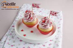 Non sono irresistibili questi mini cupcakes ai lamponi? Perfetti per festeggiare il giorno di San Valentino! Potete usare tranquillamente i lamponi surgelati avendo cura di lasciarli scongelare prima a temperatura ambiente.
